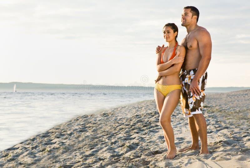 Paar dat op strand loopt stock fotografie