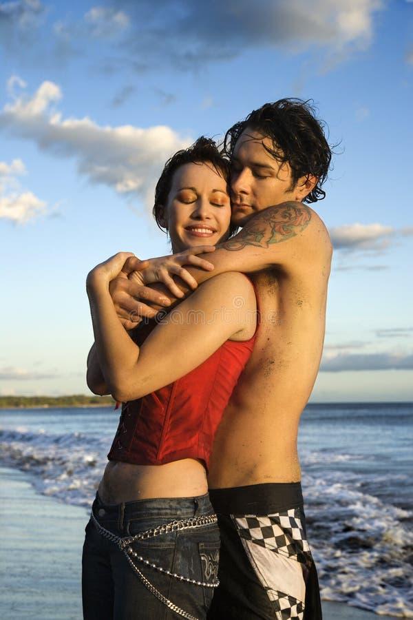 Paar dat op strand omhelst. royalty-vrije stock afbeelding