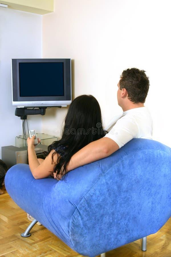 Paar dat op TV let stock afbeeldingen