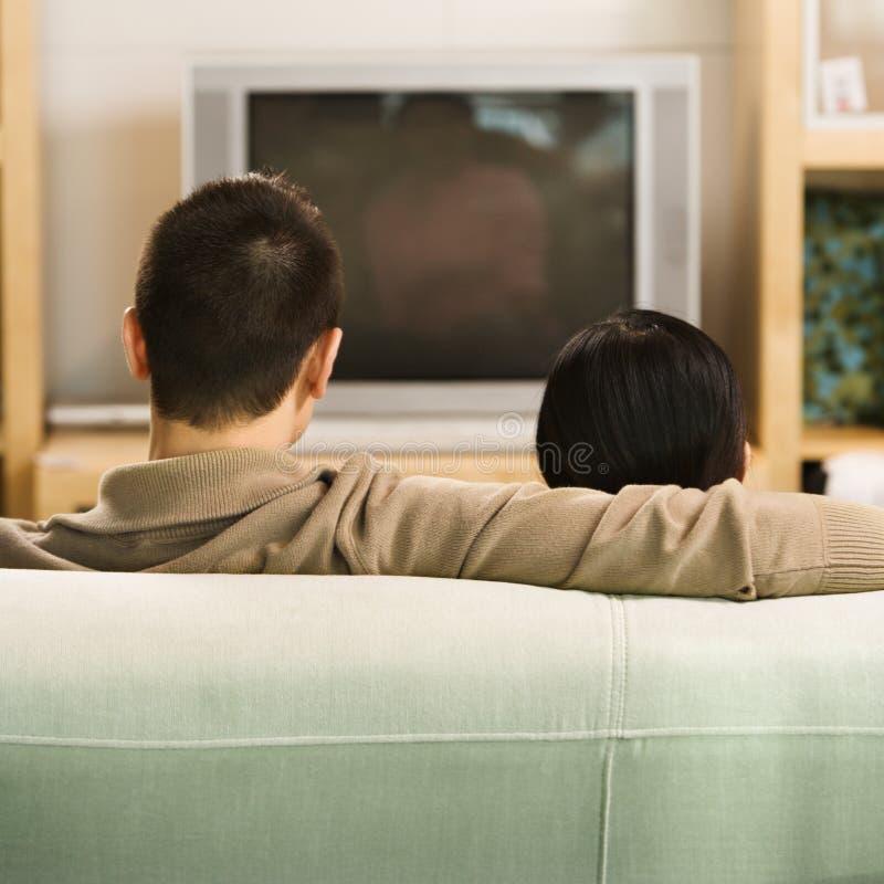 Paar dat op TV let. stock foto's