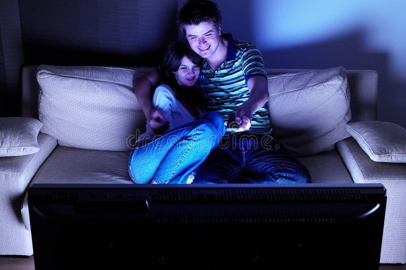 Paar dat op TV let royalty-vrije stock afbeelding