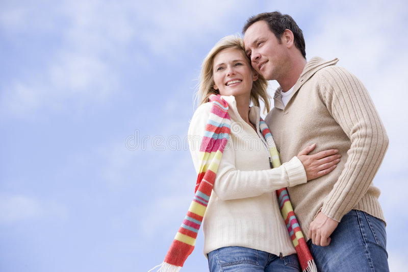 Paar dat in openlucht bevindt zich glimlachend stock afbeelding