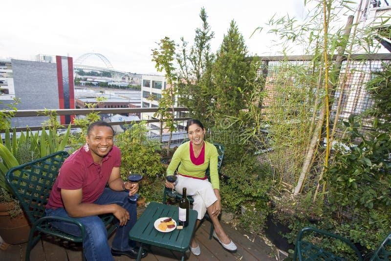 Paar dat in openlucht dineert stock foto's