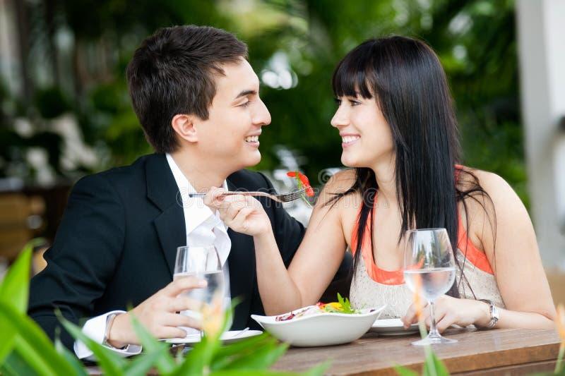 Paar dat in openlucht eet stock afbeeldingen