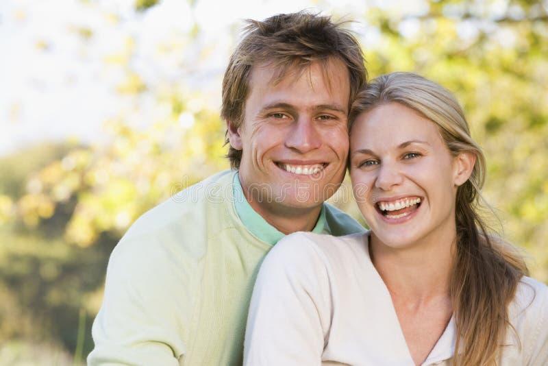 Paar dat in openlucht glimlacht stock afbeeldingen