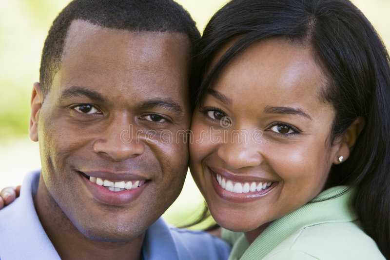 Paar dat in openlucht glimlacht stock afbeelding