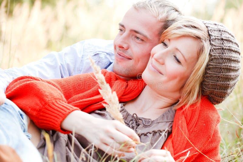 Paar dat in openlucht omhelst royalty-vrije stock foto's