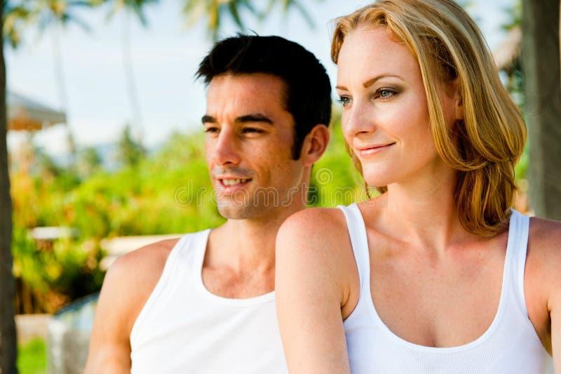 Paar dat in openlucht ontspant stock foto