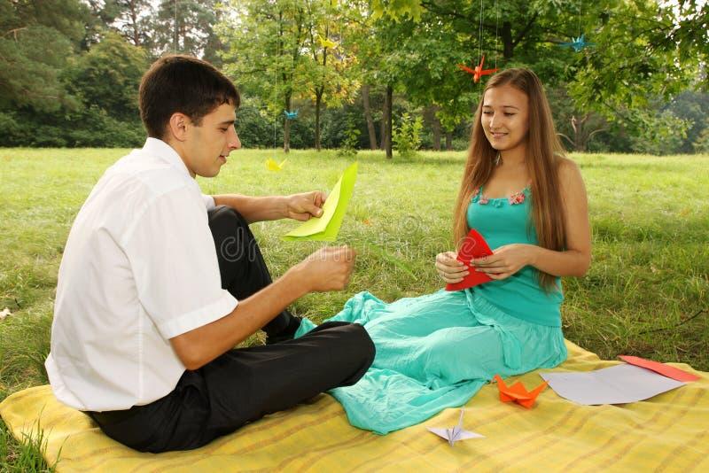 Paar dat origami maakt royalty-vrije stock foto's