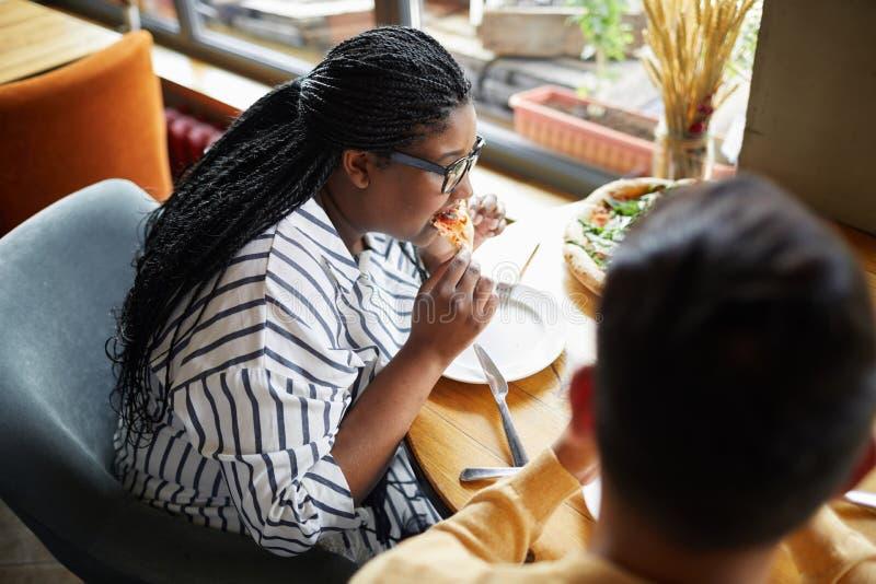 Paar dat Pizza eet royalty-vrije stock foto's