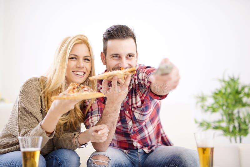 Paar dat Pizza eet stock afbeeldingen
