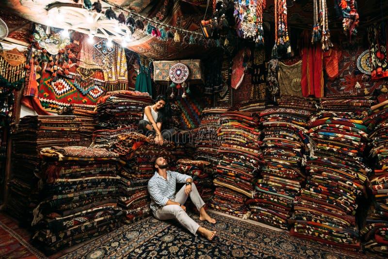 Paar dat pret heeft Paar in liefde in Turkije Man en vrouw in het Oostelijke land Gestileerde film Een paar in liefdereizen perzi royalty-vrije stock fotografie