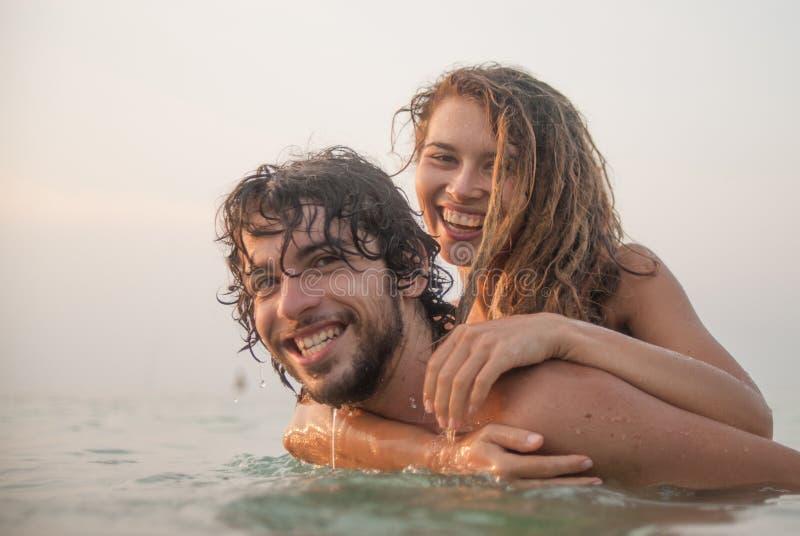 Paar dat pret in het overzees heeft stock fotografie