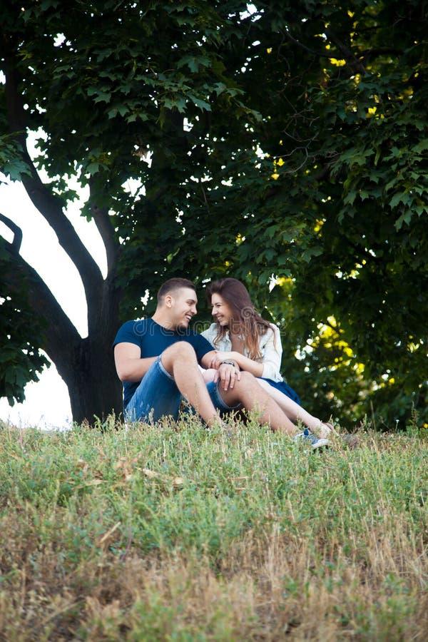 Paar dat pret in park heeft stock afbeeldingen