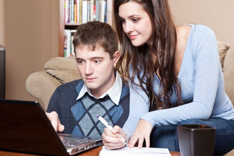 Paar dat rekeningen betaalt door online bankwezen stock foto