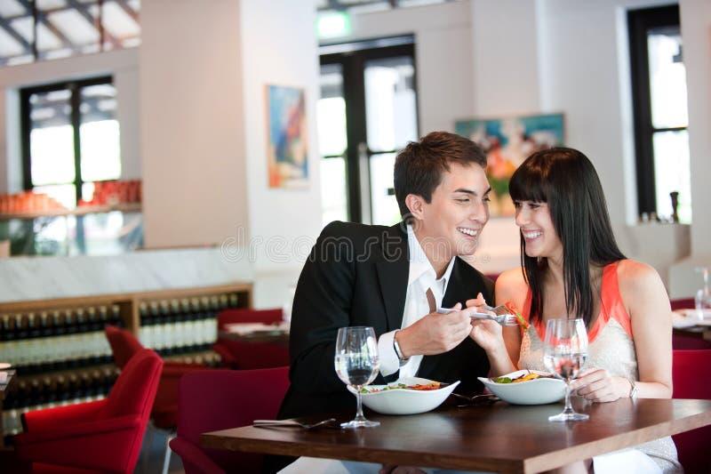 Paar dat in Restaurant dineert stock foto's
