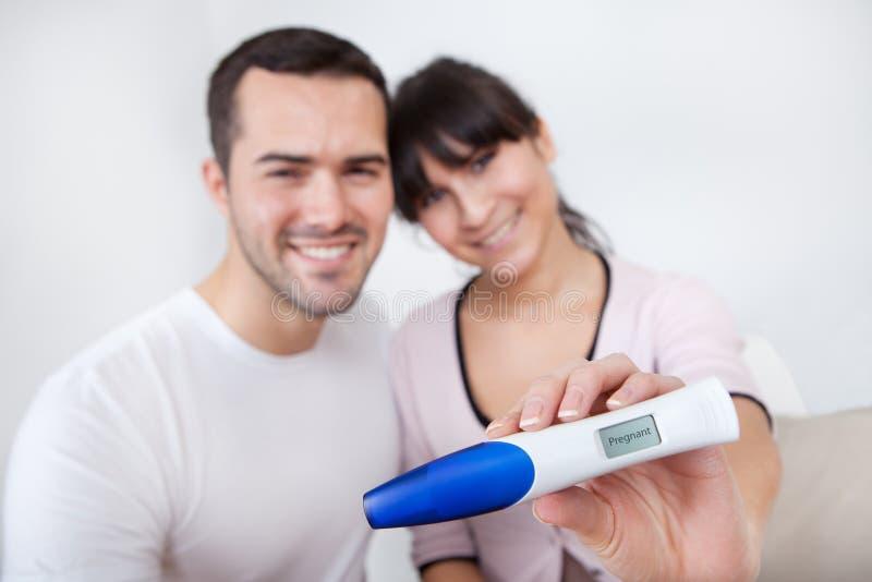 Paar dat resultaten van zwangerschapstest te weten komt royalty-vrije stock foto