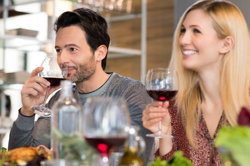 Paar dat Rode Wijn drinkt royalty-vrije stock fotografie