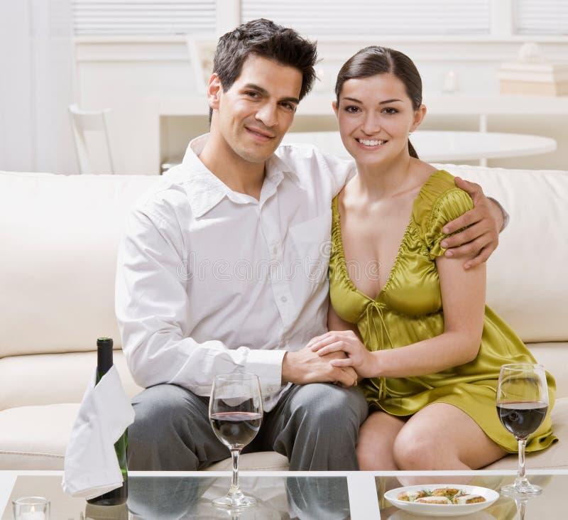 Paar dat rode wijn het vieren anniversa drinkt stock foto's