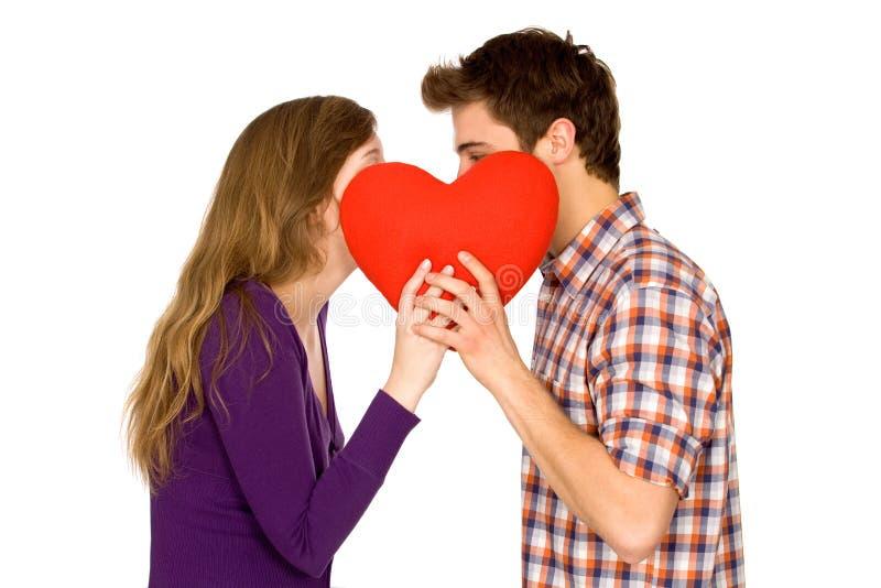 Paar dat rood hart houdt stock afbeeldingen