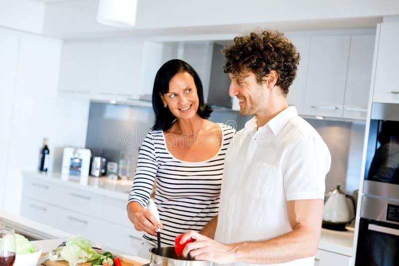 Paar dat samen thuis kookt royalty-vrije stock fotografie