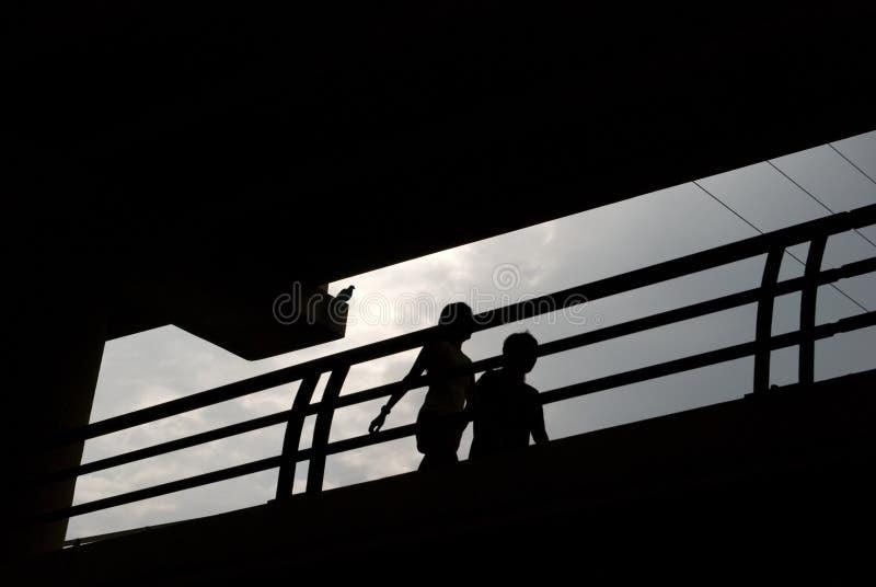 Paar dat in Silhouet wandelt royalty-vrije stock foto