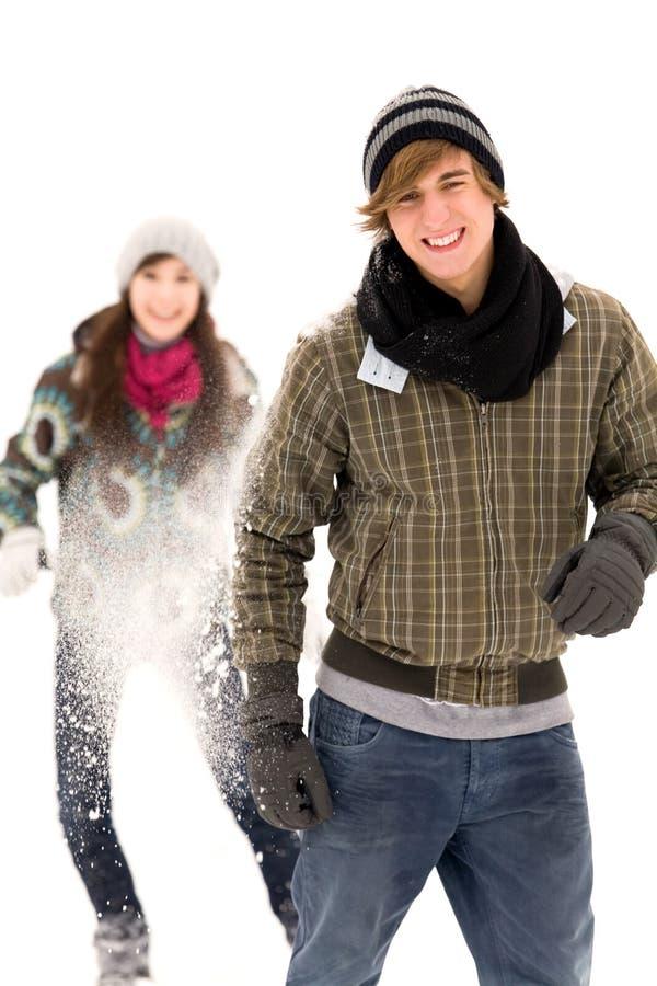 Paar dat sneeuwbalstrijd heeft royalty-vrije stock afbeeldingen