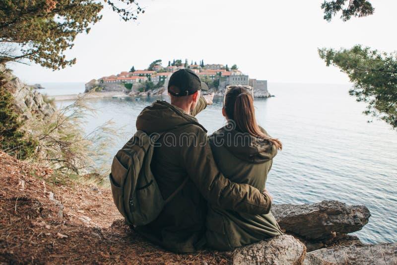Paar dat in Sveti Stefan bekijkt royalty-vrije stock foto