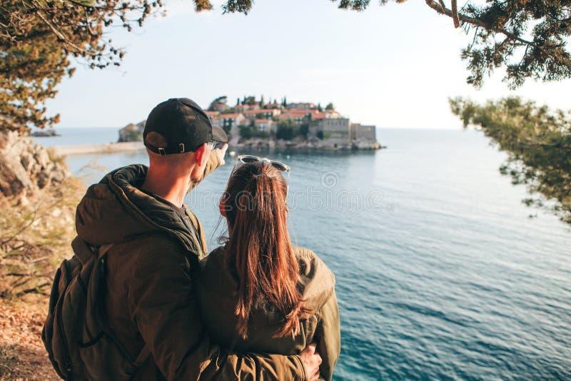 Paar dat in Sveti Stefan bekijkt royalty-vrije stock afbeelding