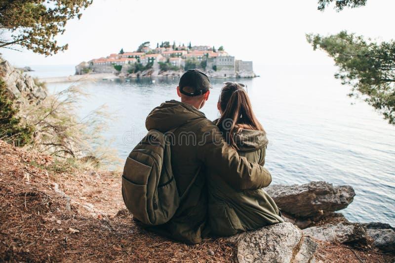 Paar dat in Sveti Stefan bekijkt royalty-vrije stock foto's