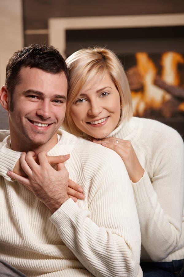 Paar dat thuis koestert royalty-vrije stock foto's