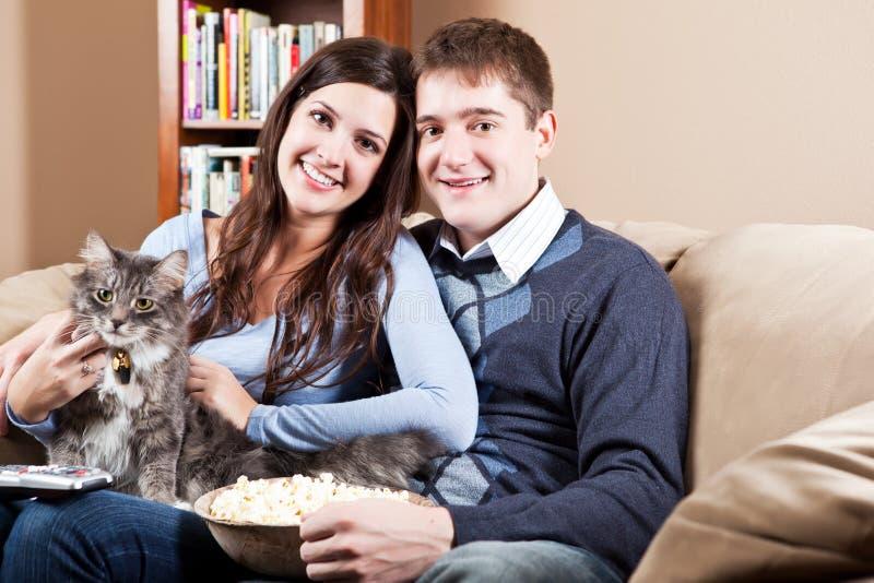 Paar dat thuis ontspant royalty-vrije stock afbeeldingen