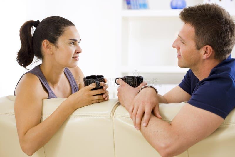 Paar dat thuis spreekt royalty-vrije stock foto's