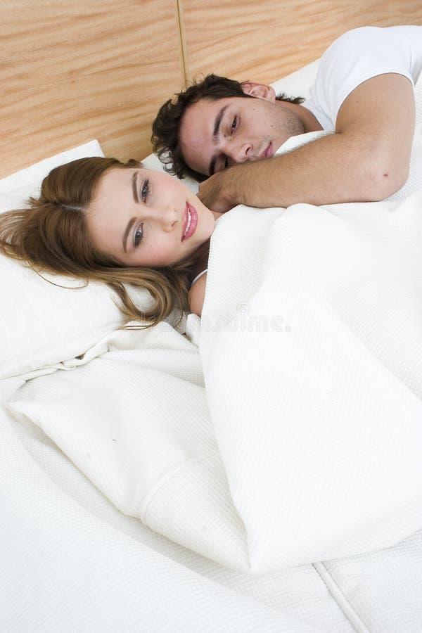 Paar dat TV in het bed waching