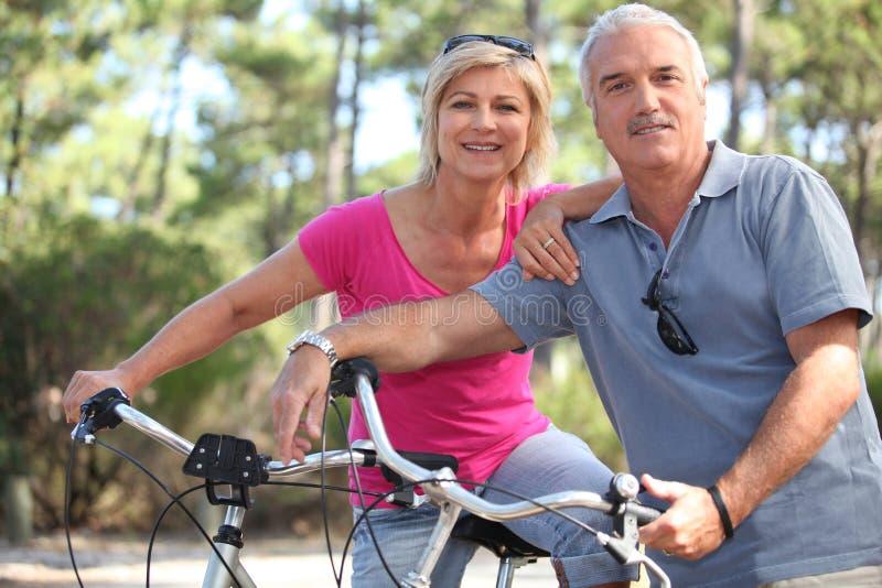 Paar dat van een fietsrit geniet stock afbeeldingen