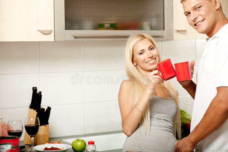 Paar dat van koffie geniet royalty-vrije stock foto