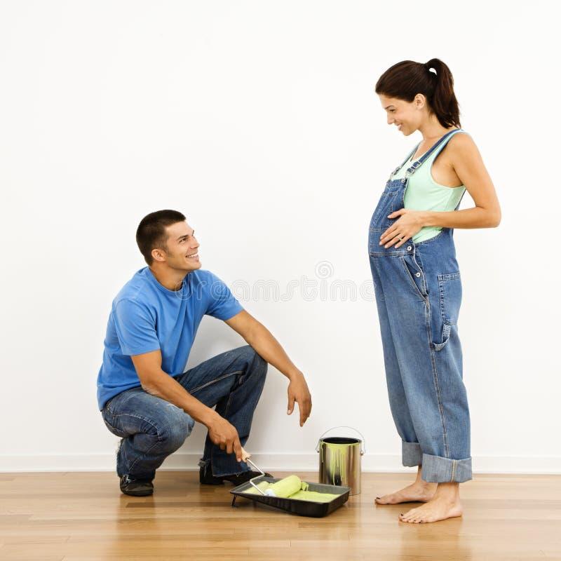 Paar dat voor baby voorbereidingen treft. stock afbeeldingen