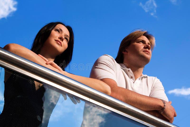 Paar dat vooruit kijkt royalty-vrije stock foto