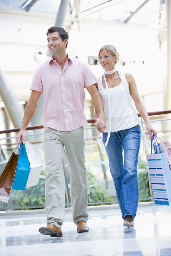 Paar dat in wandelgalerij winkelt stock foto's
