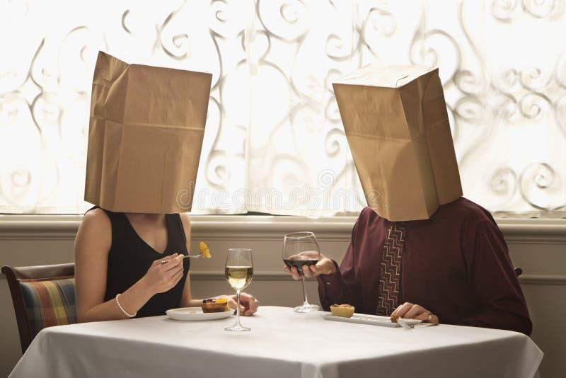 Paar dat zakken draagt royalty-vrije stock afbeeldingen