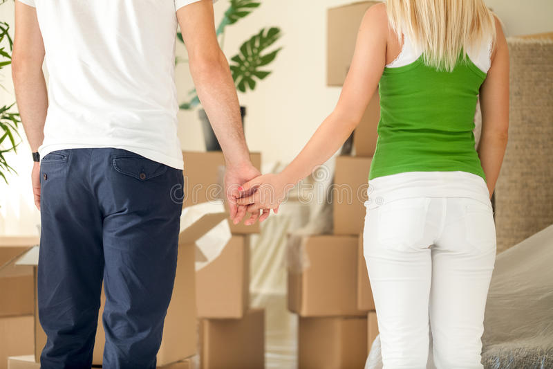 Paar dat zich in een nieuw huis beweegt en handen houdt royalty-vrije stock foto's