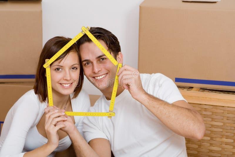 Paar dat zich in eerste huis beweegt royalty-vrije stock foto's