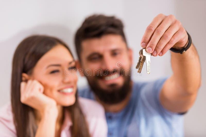 Paar dat zich naar huis beweegt royalty-vrije stock afbeelding