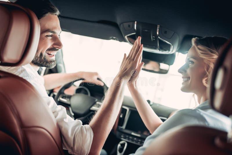 Paar in de auto die hoogte vijf geven royalty-vrije stock foto