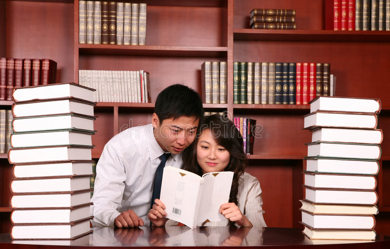 Paar in de bibliotheek stock afbeelding