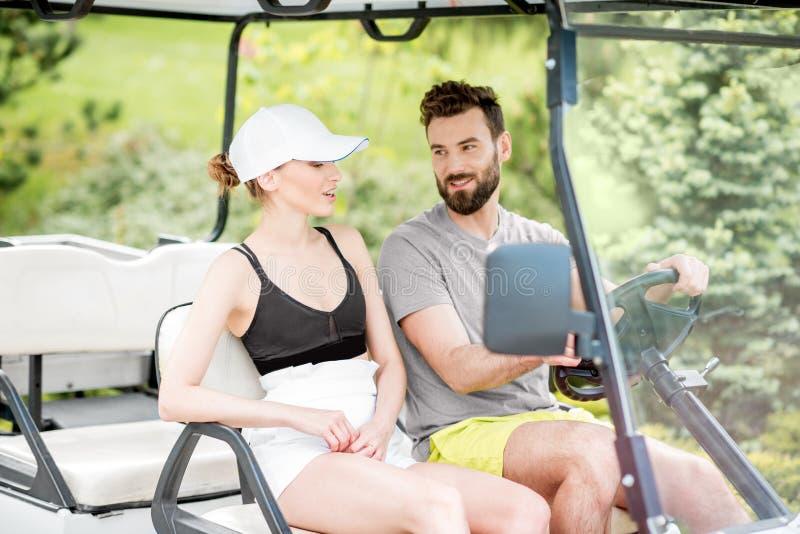 Paar in de golfkar stock foto's