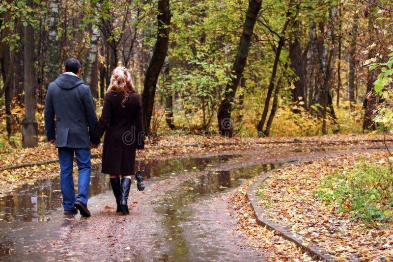 Paar in de herfstpark royalty-vrije stock afbeelding