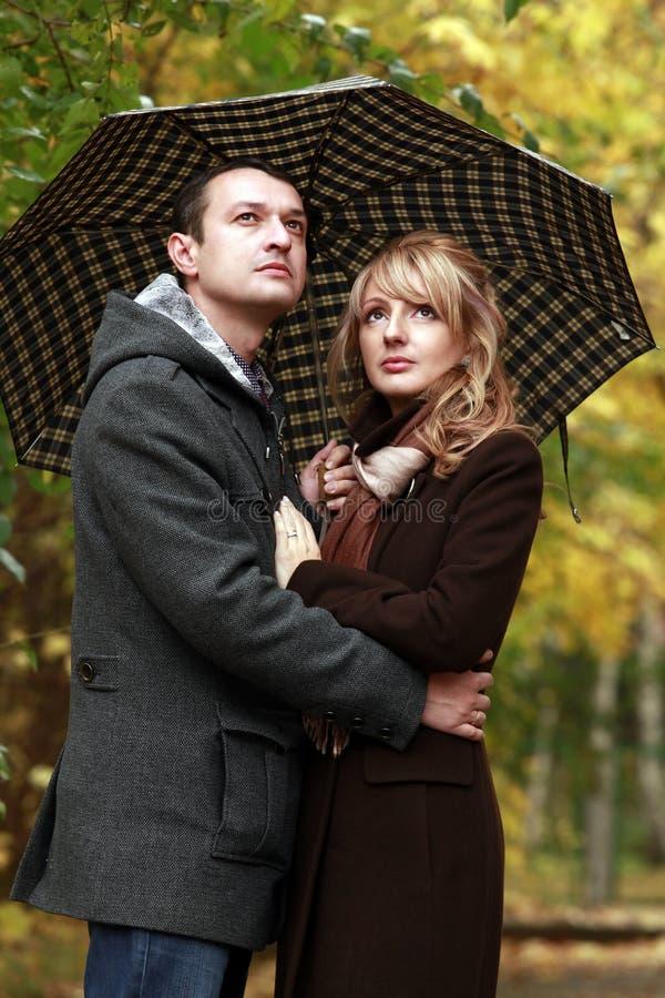 Paar in de herfstpark royalty-vrije stock afbeeldingen