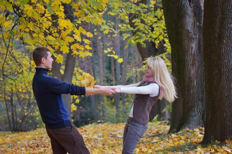 Paar in de herfstpark royalty-vrije stock fotografie