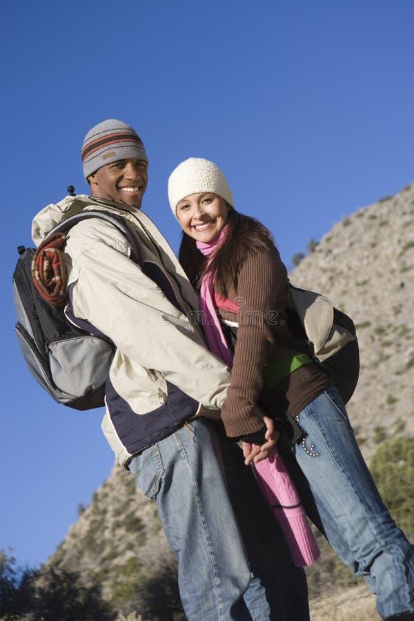 Paar in de Holdingshanden van de de Winterslijtage stock foto